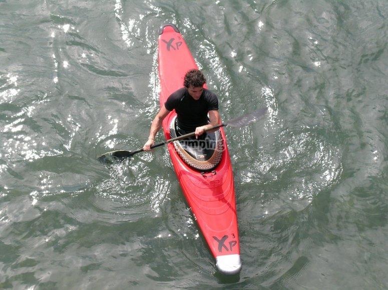 Chico con remo y canoa