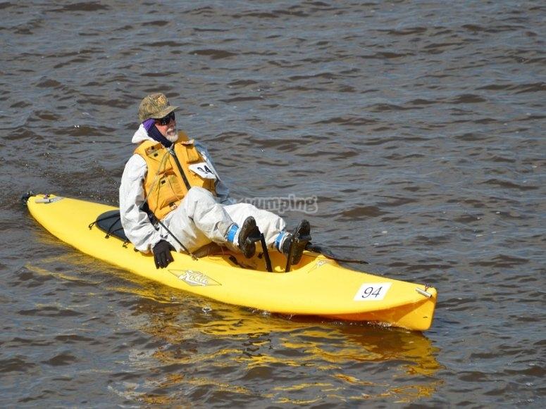 Hombre montando en canoa