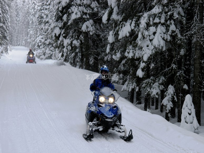 乘坐雪地摩托车雪地摩托之旅