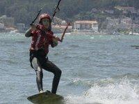 Alumno de kite navegando en Galicia