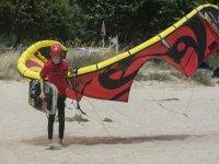 Alumno llevando el kite a la orilla