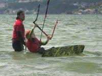 Profesor ayudando al alumno de kite