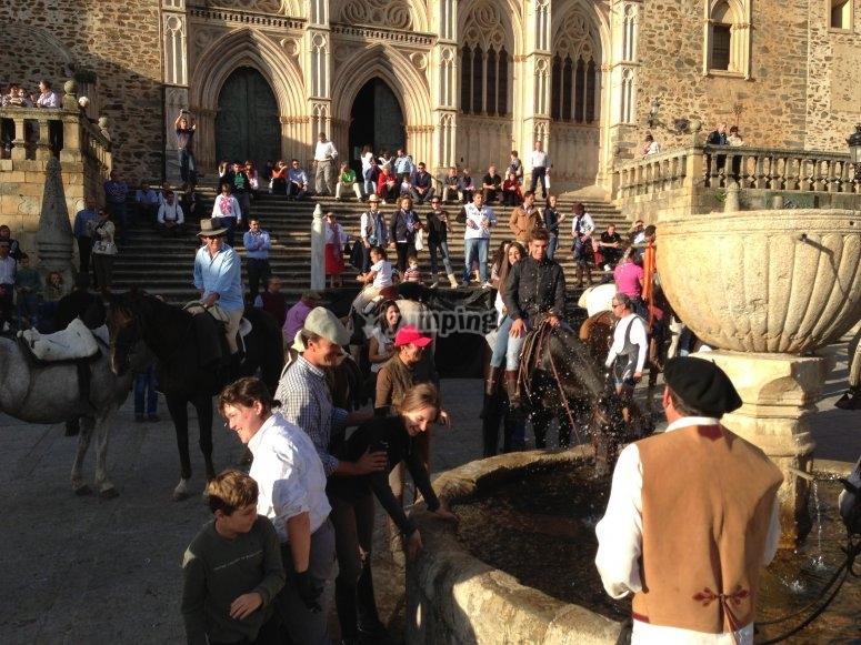 Los jinetes que hacen por primera vez la ruta son bautizados en la fuente de la plaza