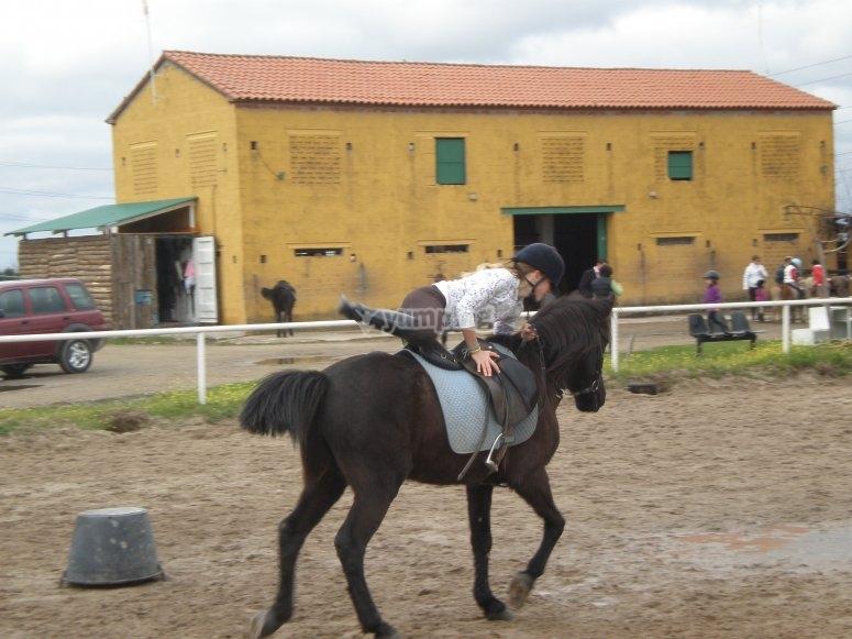 Subiendo al caballo con agilidad
