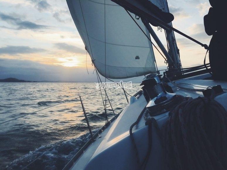barco con la vela izada