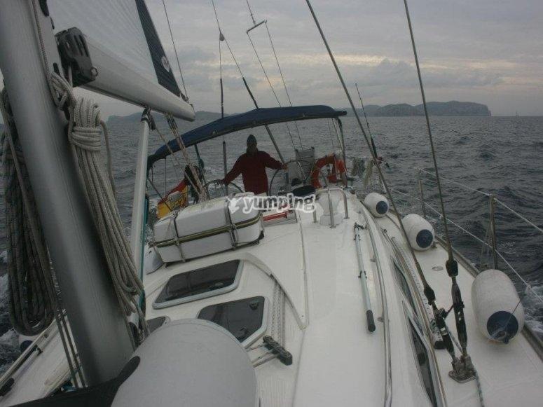 velero en dia nublado