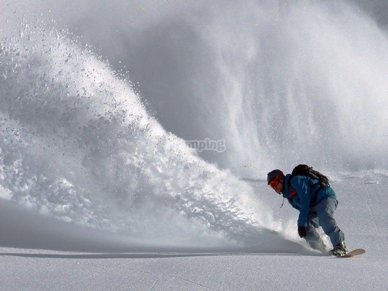 chico derrapando en snow
