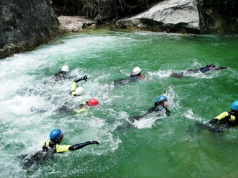 Nadando en la poza del barranco