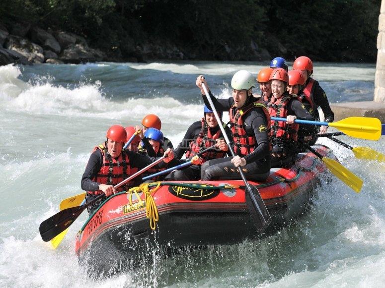 barca de rafting en el rio