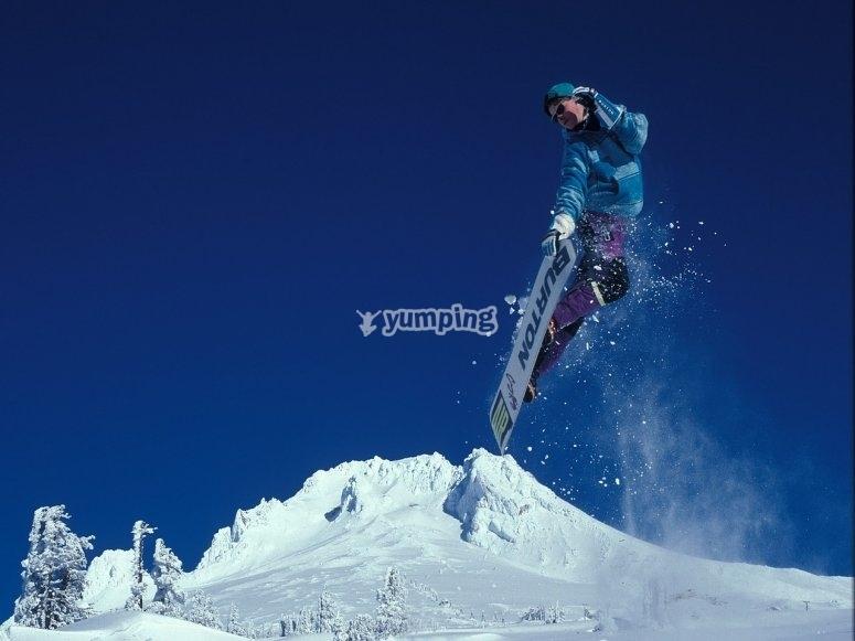 haciendo saltos con snowboard