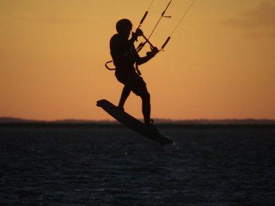 Curso kitesurf de 8h (2 días) + noche alojamiento