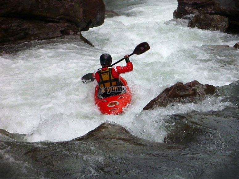 Superando rápidos en kayak