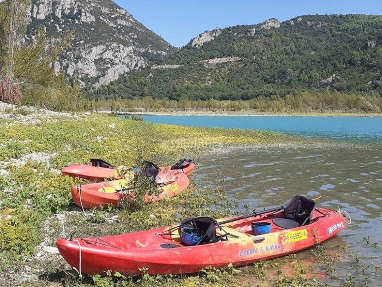 Listos para navegar en kayak