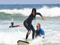 帮助冲浪学生