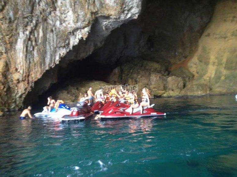 从山洞航行