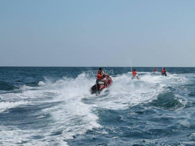 用摩托车举起波浪