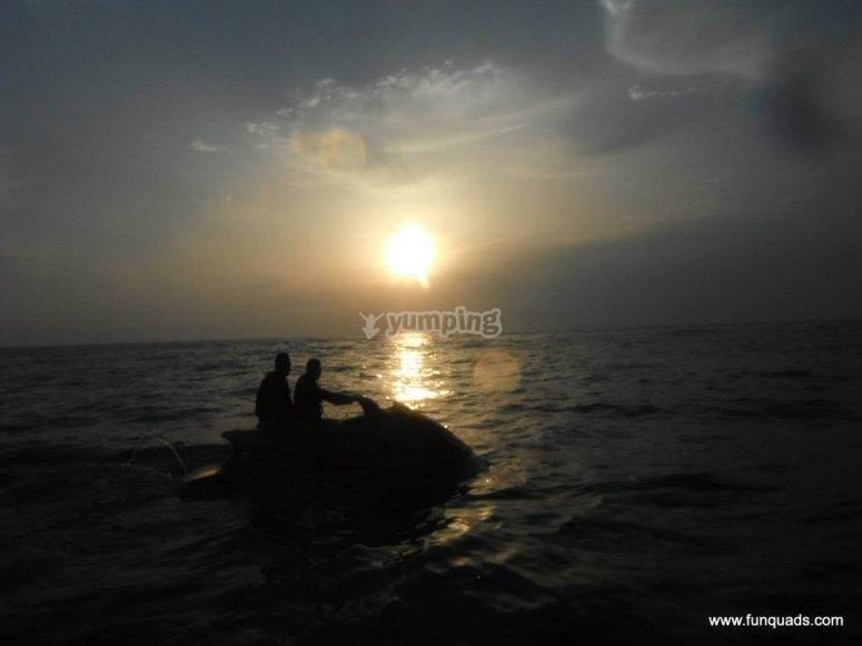 En moto con la puesta de sol