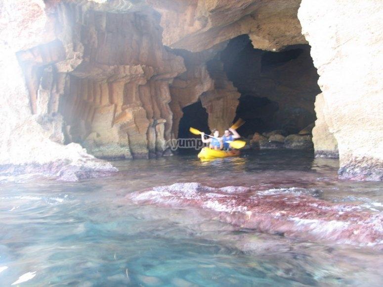 在山洞之间划皮划艇