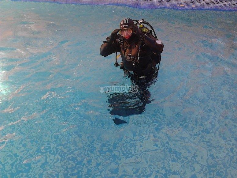 Buzo en la piscina