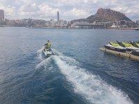 Partiendo del puerto en la moto de agua
