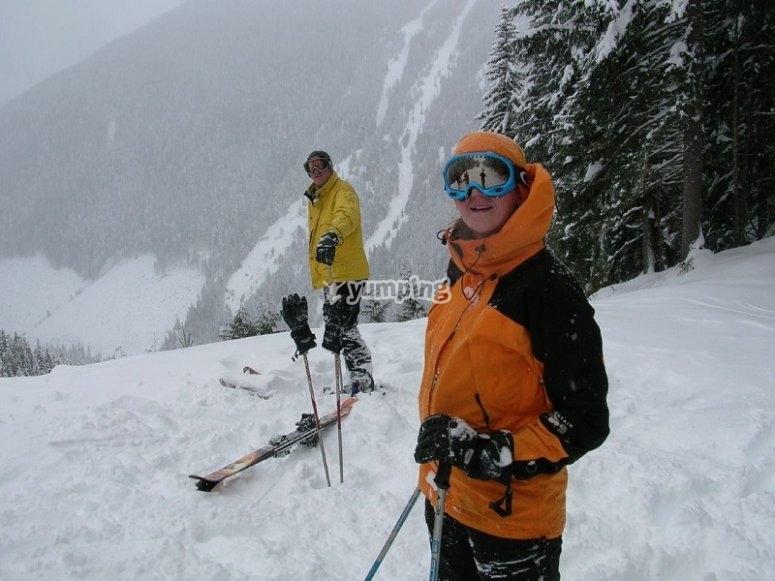 看着地平线滑雪者滑雪者准备下降