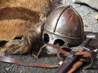 Espada y casco en el castillo
