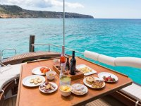 Degustando productos típicos en alta mar