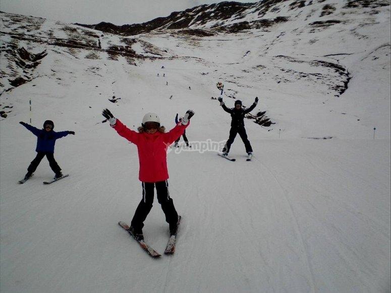 Alumnos en una clase de esquí
