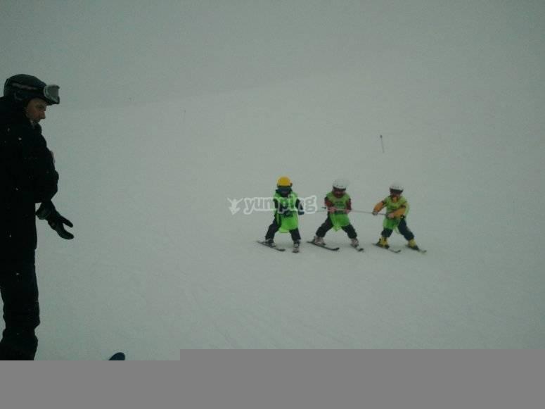 带孩子的滑雪课