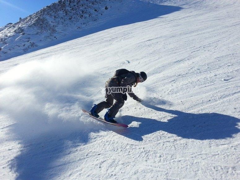 与滑雪板一起下来