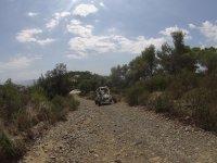 越野车中的石质路