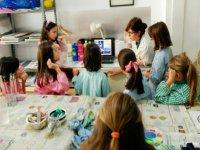 Alumnas aprendiendo sobre arte