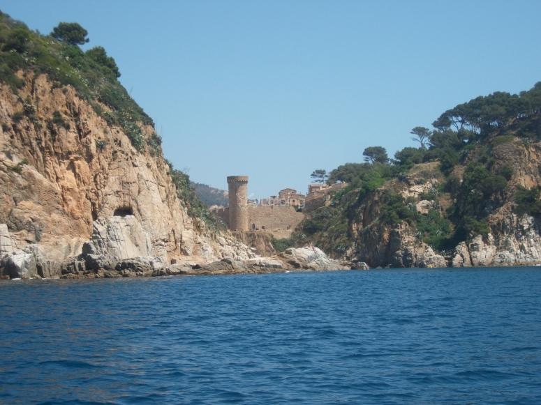 Raggiungi dove non puoi raggiungere via terra. Tossa de Mar Castle dal mare