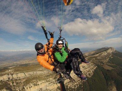 Tandem paragliding in Àger 20 min
