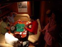 Jugando en el salon interior del velero en Gerona