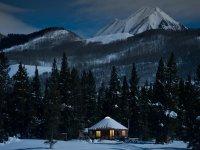 paisaje nevado bajo la luz de la luna