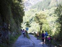 In bicicletta lungo il percorso dell'orso