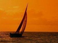 Barco de vela al atardecer