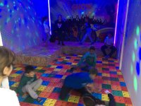 Bailando en la mini discoteca