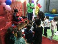 Recibiendo los regalos en el trono