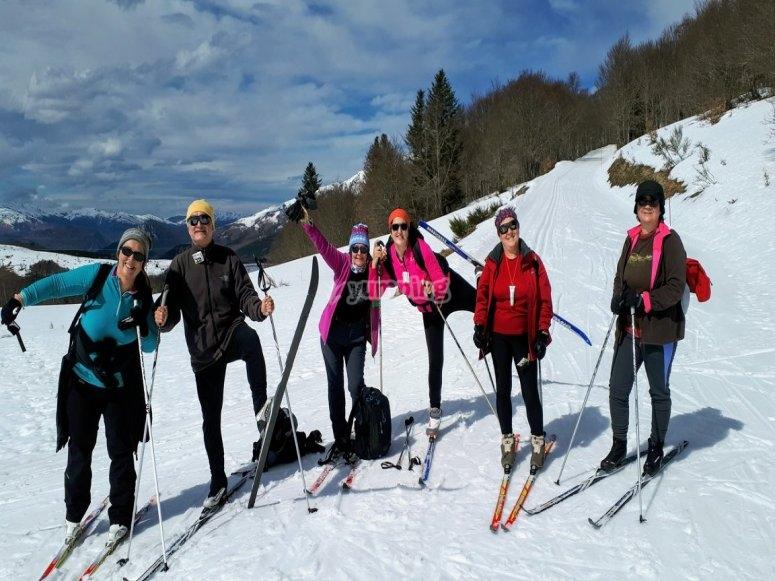 与滑雪板合影