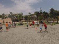 Jugando por parejas en la playa