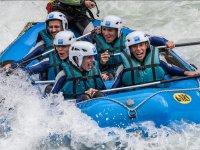 Grupo bajando en raft en Huesca