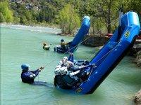 Monitores volcando las balsas de rafting