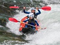 Pareja en canoa en rio de Huesca