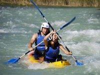 Remando en aguas bravas en canoa en Murillo