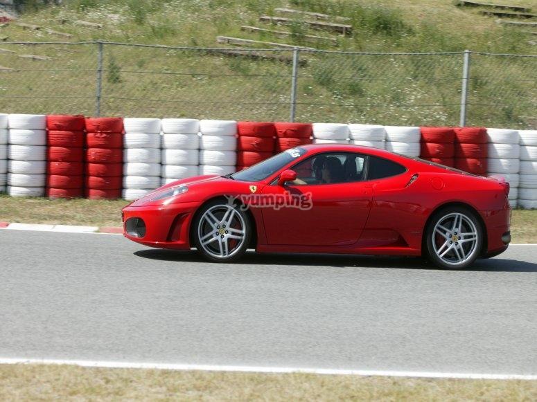 Mettiti al volante della Ferrari