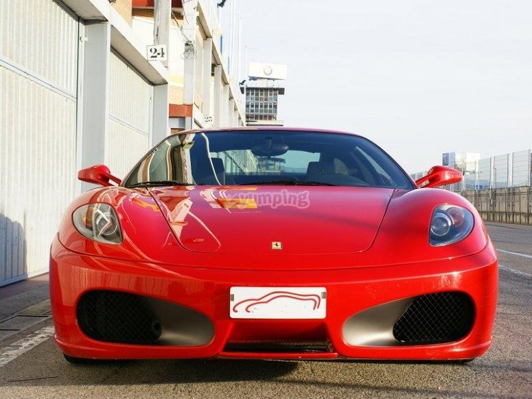 Ferrari sobre el asfalto del circuito