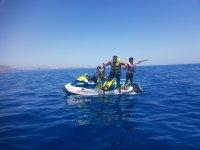Familia compartiendo las motos nauticas