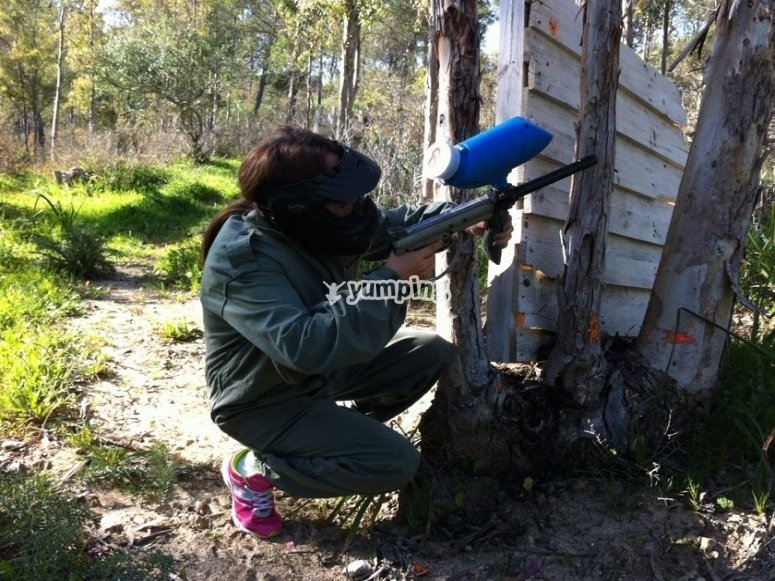 Partida de paintball para estudiantes